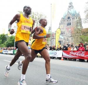 Henry Wanyoike (r.) mit seinem Begleitläufer Joseph Kibunja beim Halbmarathon in Hannover. Foto: zur Nieden