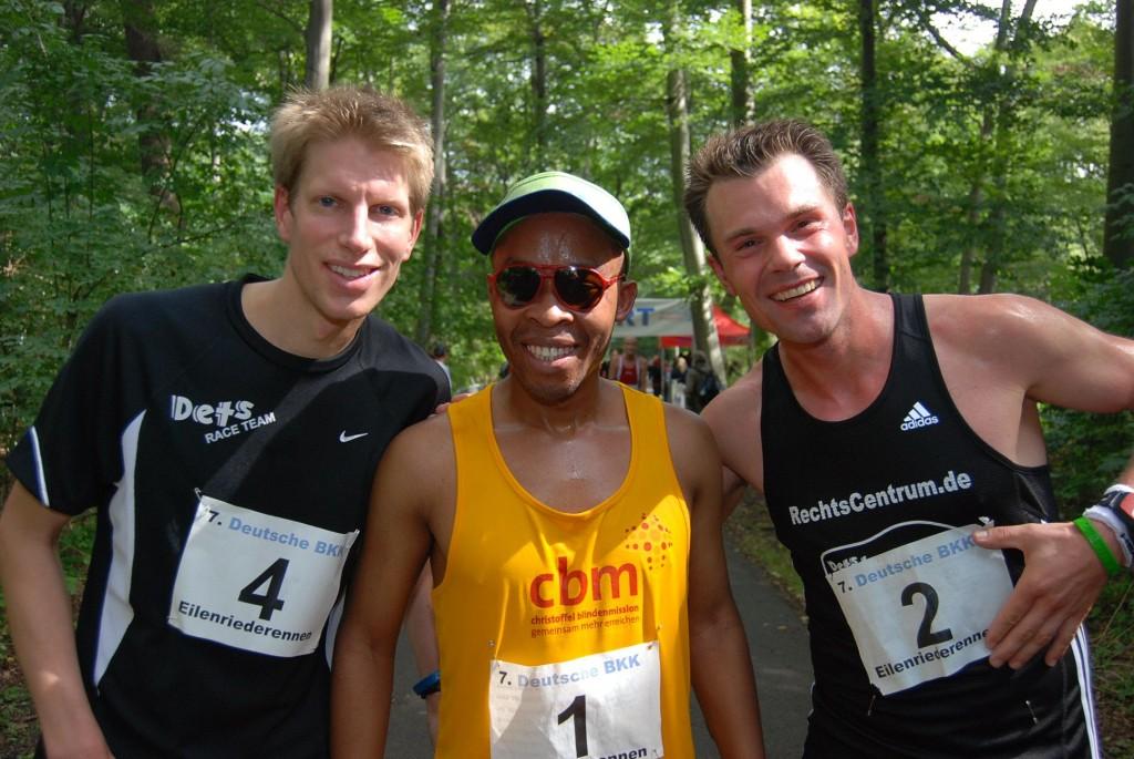 Henry Wanyoike mit seinen Hannoveraner Guides Dirk Schwarzbach (l.) und Arne Westphal.