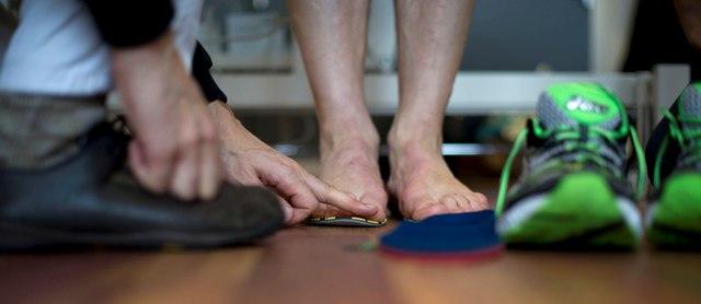 Auch das gehört dazu: Genauer Blick auf Schuhe und Einlage. Foto: Körner