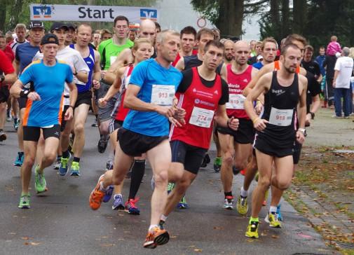 Platz da: Emanuel Schoppe (rotes Shirt) beim Start des Zehn-Kilometer-Laufs in Hiddestor.f  Foto: Stephan Fabig