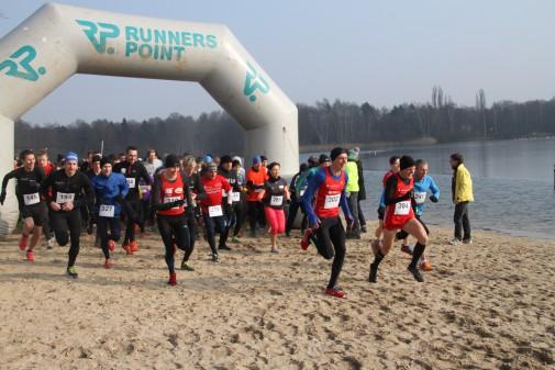 Mit einem Lächeln auf die Runden: 157 Athleten nehmen den Hauptlauf am Silbersee in Angriff.  Foto: Abromeit