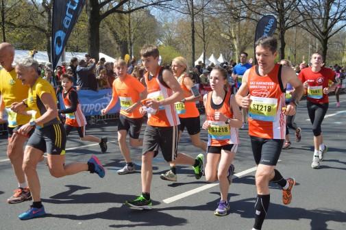 Sportliche Familie: Die Wendes beim Hannover-Marathon 2015 – Patrick (2.v.r.), Lisa, Carola, Phillip, Robin und Frederic (daneben, v.r.). Foto: M.P.