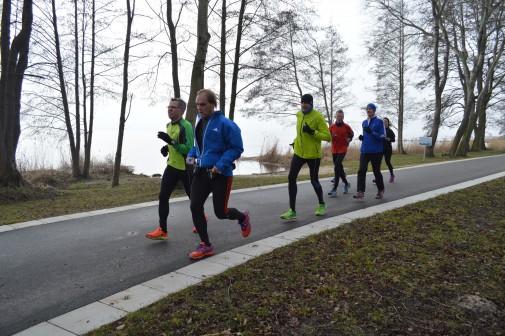 Das schlaucht: Ralf Berneburg (vorne mit blauer Jacke) beim Lauf über 31 Kilometer. Foto: Pingpank