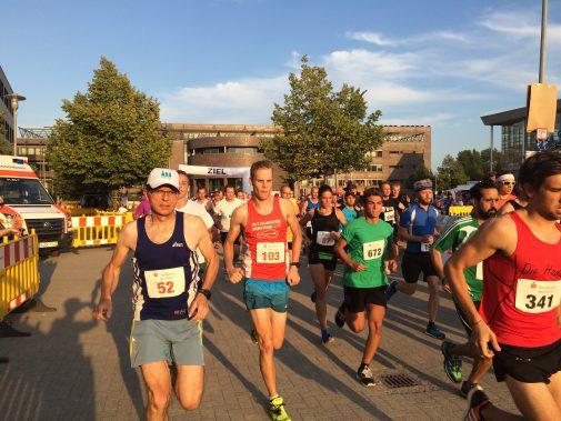 Start des Zehn-Kilometer-Laufs in Garbsen. (Foto: Stephan Fabig)