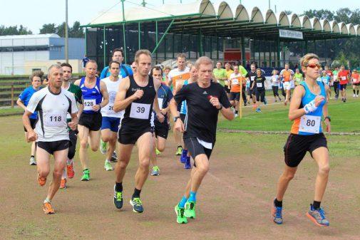 Die erste Kurve: Die Teilnehmer des Zehn-Kilometer-Laufes machen sich beim Eichenparklauf auf den Weg. (Foto: Michael Plümer)