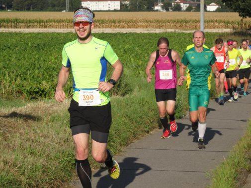 Es läuft rund: Halbmarathonis auf dem Weg nach Harklenbeck. Vier von 21 Kilometern sind absolviert. (Foto: Fettback)