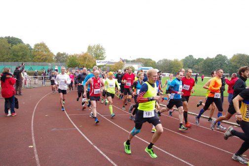 Auf geht's: Das Rennen über die Zehn-Kilometer-Distanz ist gestartet. Foto: Stephan Fabig