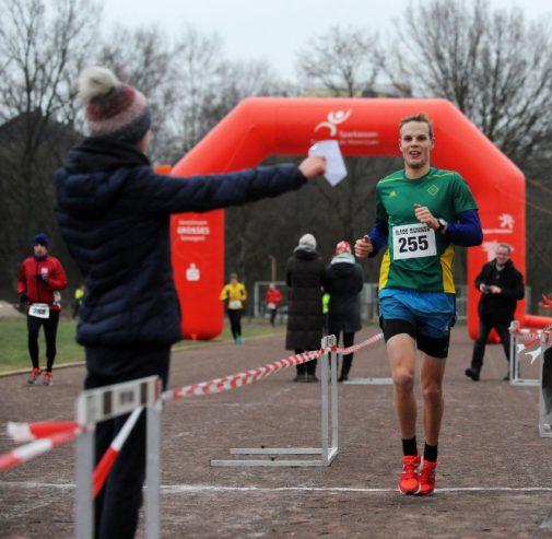 Der Organisator gewinnt: Timo Kuhlmann beim Zieleinlauf. Foto: Lobback