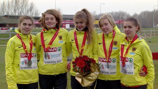Svenja Pingpank (rechts) von Hannover Athletics ist mit Teamsilber von der Cross-EM zusammen mit Vera Coutellier, Alina Reh, Konstanze Klosterhalfen und Anna Gehring (v.l.) zurückgekehrt. Foto: DLV